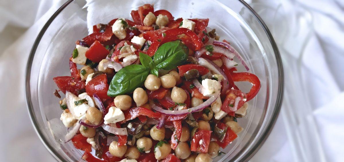 Салат из нута с помидорами перцем и оливками