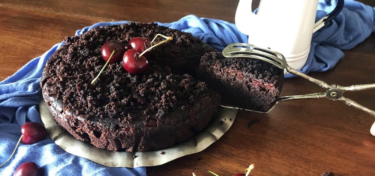 Пирог с шоколадом, какао и черешнями