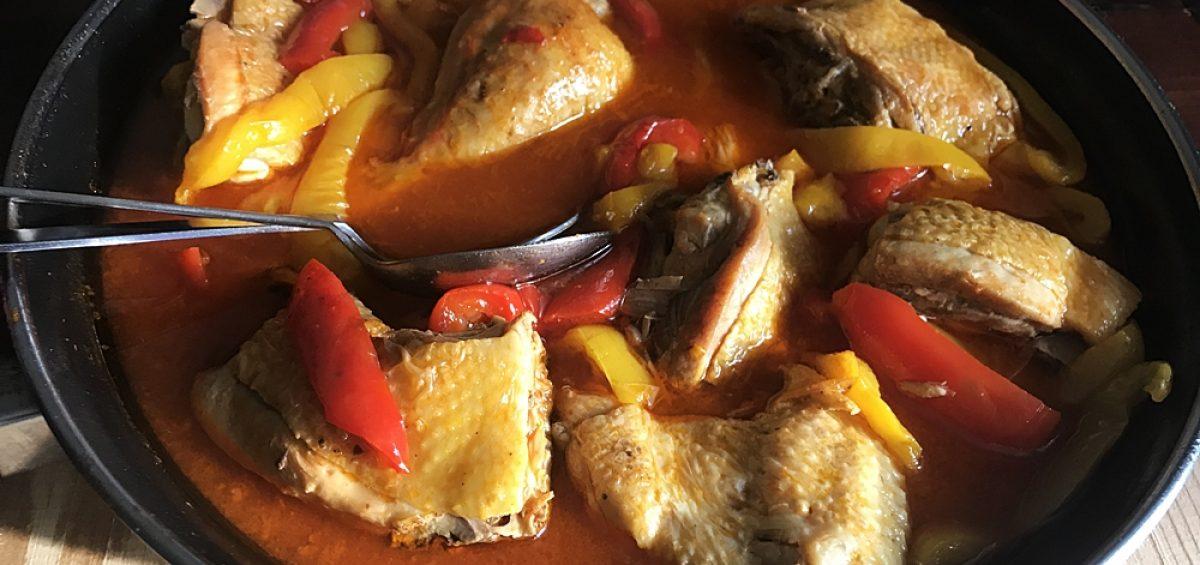 Петух с томатами и сладким перцем